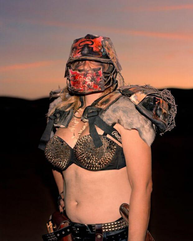 Joe Pettet-Smith, Anarchy Tamed, Une festivalière déguisée.