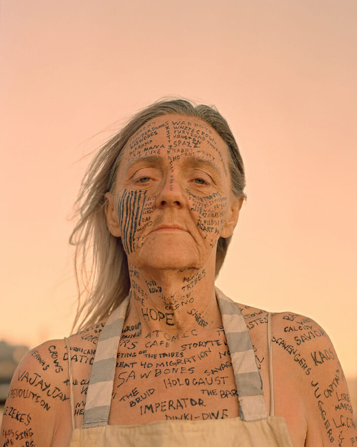 Joe Pettet-Smith, Anarchy Tamed, festivalière avec des inscription sur tout le corps et le visage.