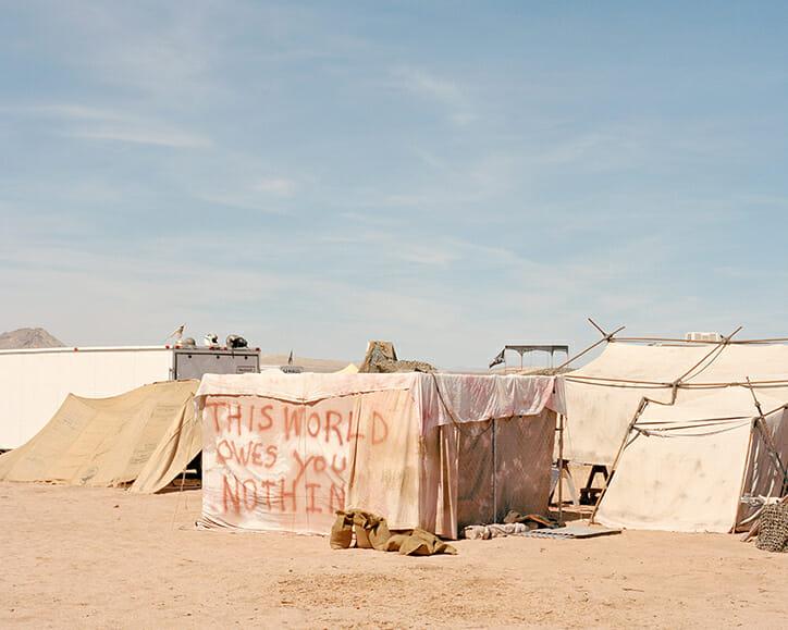 Joe Pettet-Smith, Anarchy Tamed, Paysage de tentes des festivaliers.