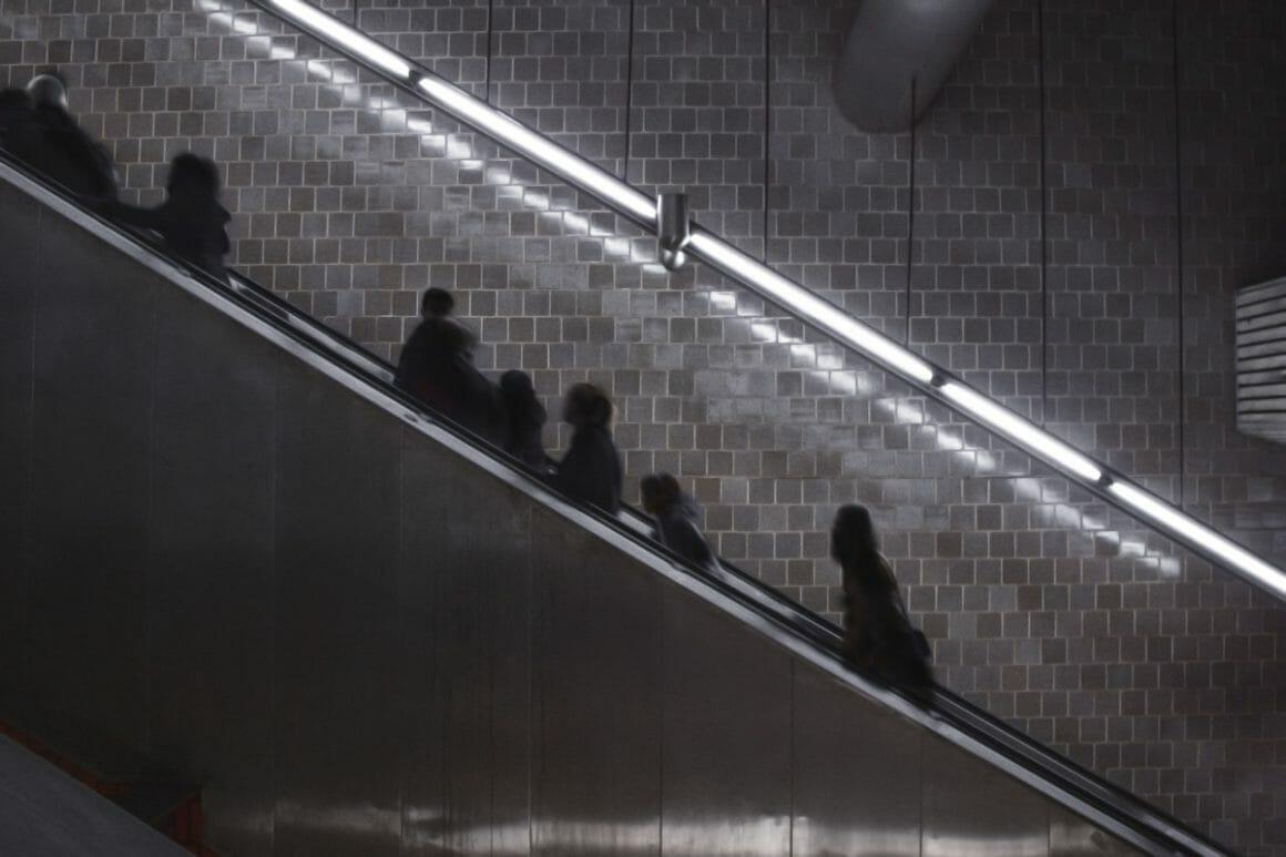 Kristoffer Axén, des personnages sur des Escalators.
