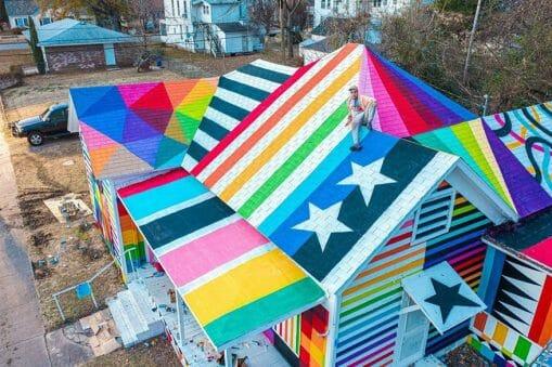 Photo de l'artiste Okuda sur le toit de son oeuvre, dans l'Arkansas.