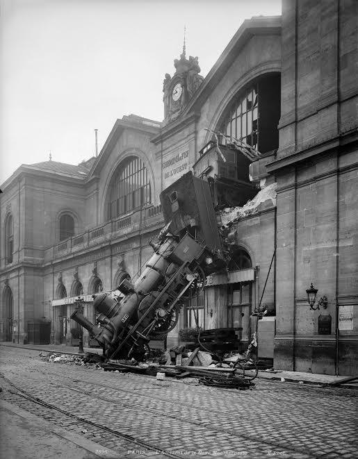 Photographie historique présentant un accident de train survenu à la gare Montparnasse à Paris le 22 octobre 1895.