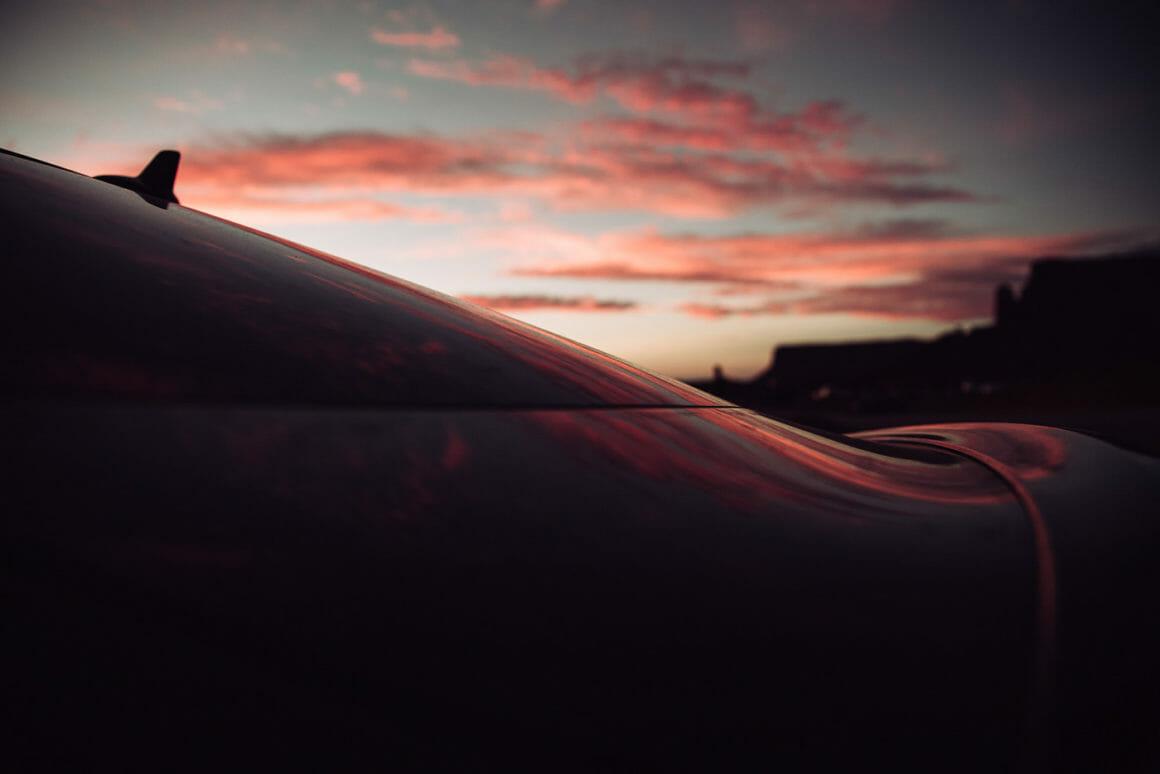 André Josselin, les lignes d'une voiture dans un ciel pourpre.