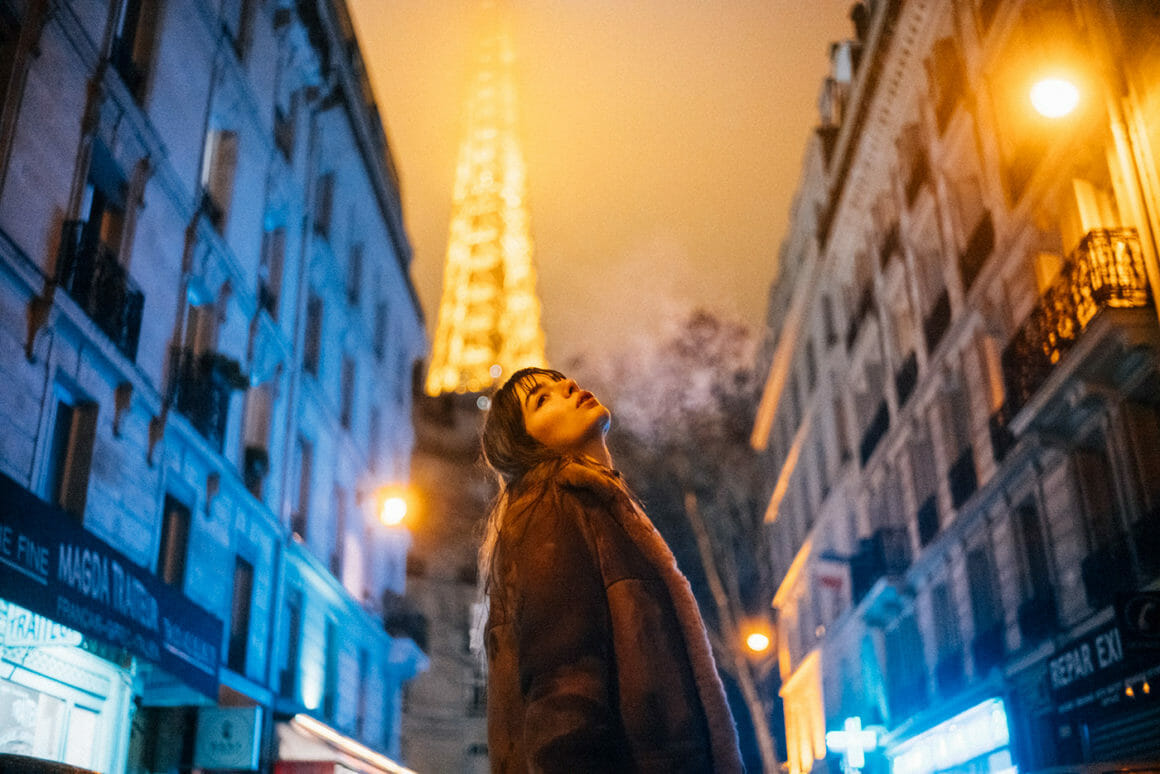 André Josselin, une jeune femme dans la rue devant la Tour Eiffel.