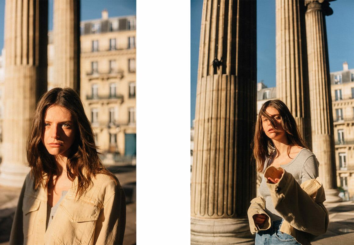 André Josselin, une jeune femme sous les colonnes d'un bâtiment de style antique.
