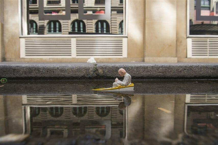 Isaac Cordal, un homme dans une barque qui s'enfonce.