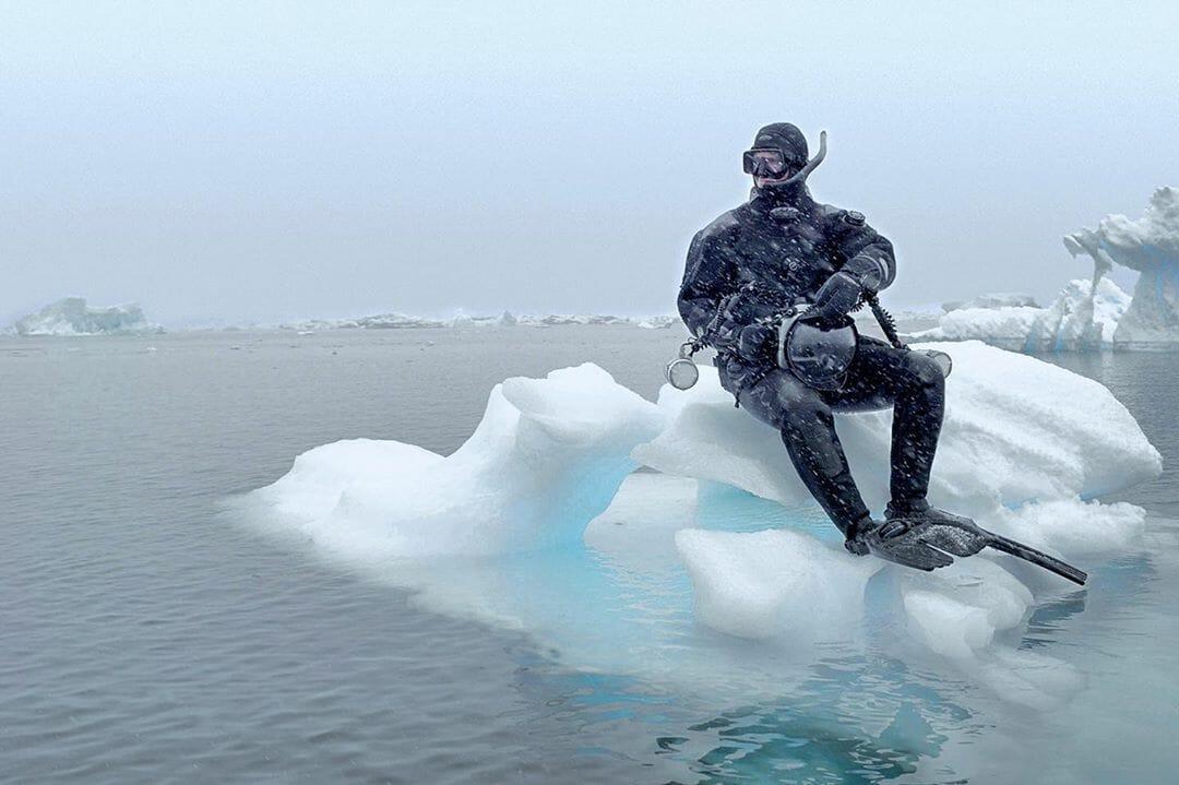 Paul Nicklen sur un iceberg