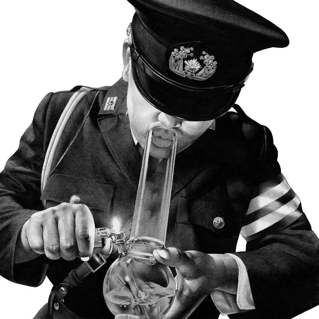 Policier qui se coule une douille EZ