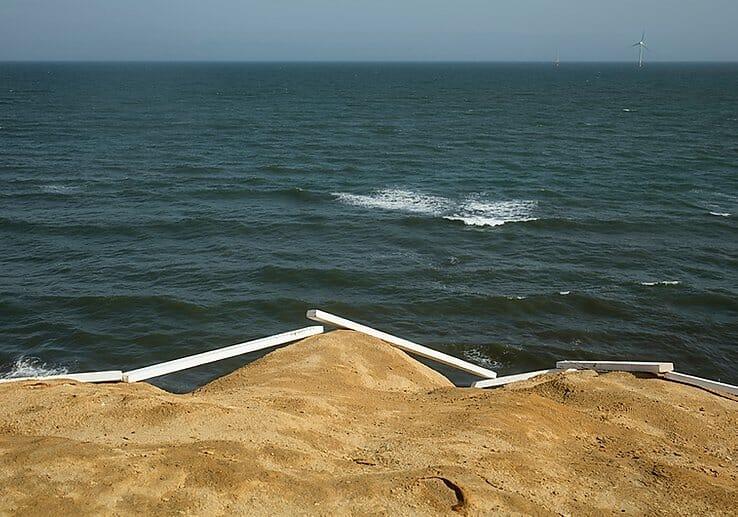 Yoshiki Hase, au premier plan la terre puis des planches blanches et enfin la mer puis le ciel.