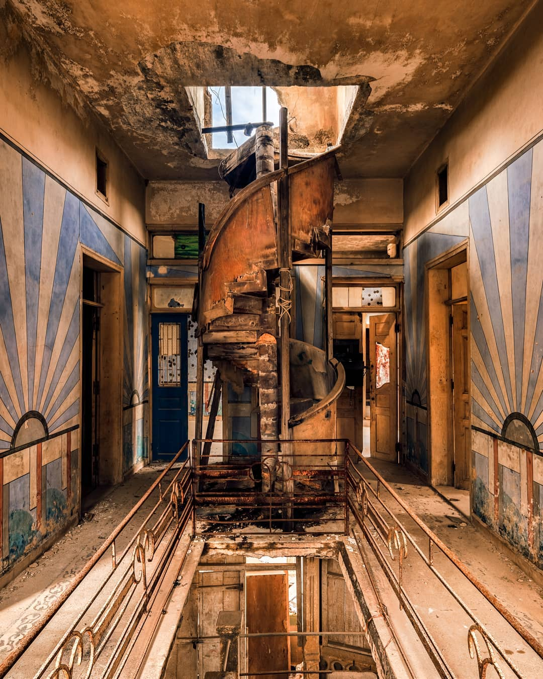 Escalier en colimaçon d'inspiration art déco