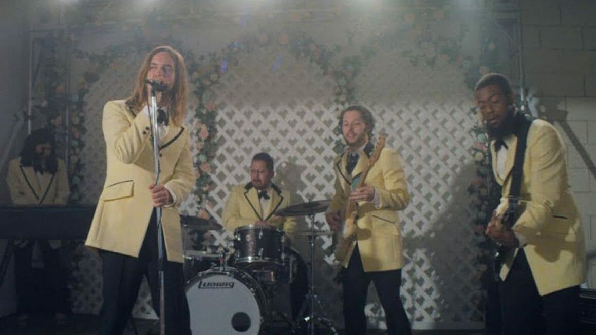 Le groupe australien dans le clip 'Lost in Yesterday'