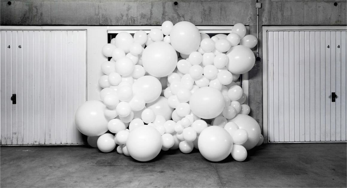 Ballons débordants d'un garage.