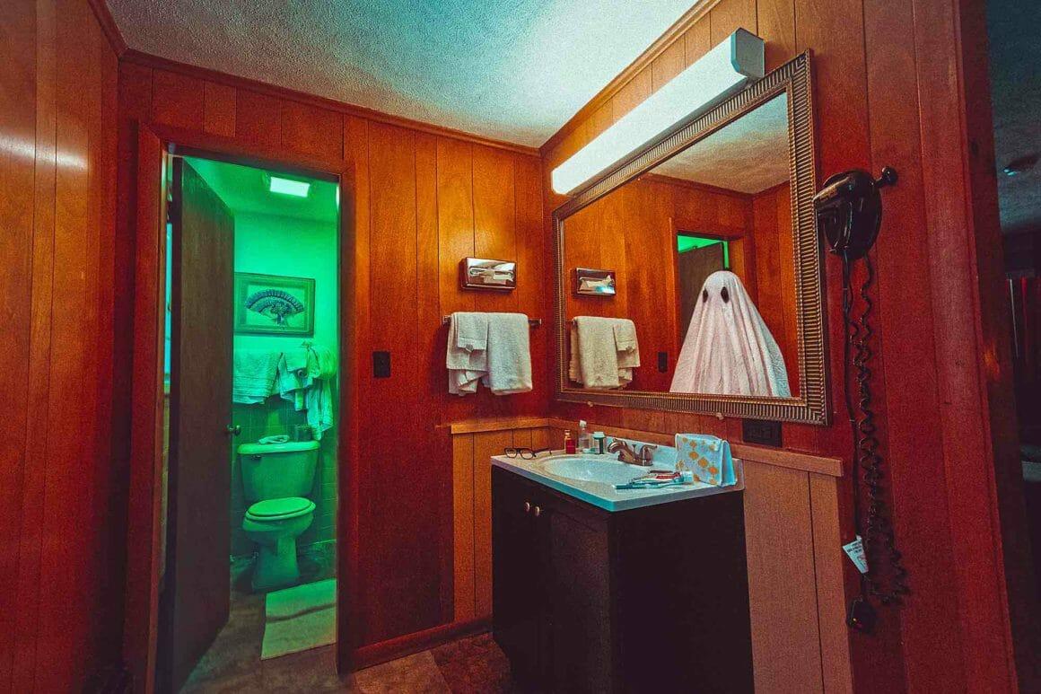 reflet du fantôme dans le miroir dans une maison