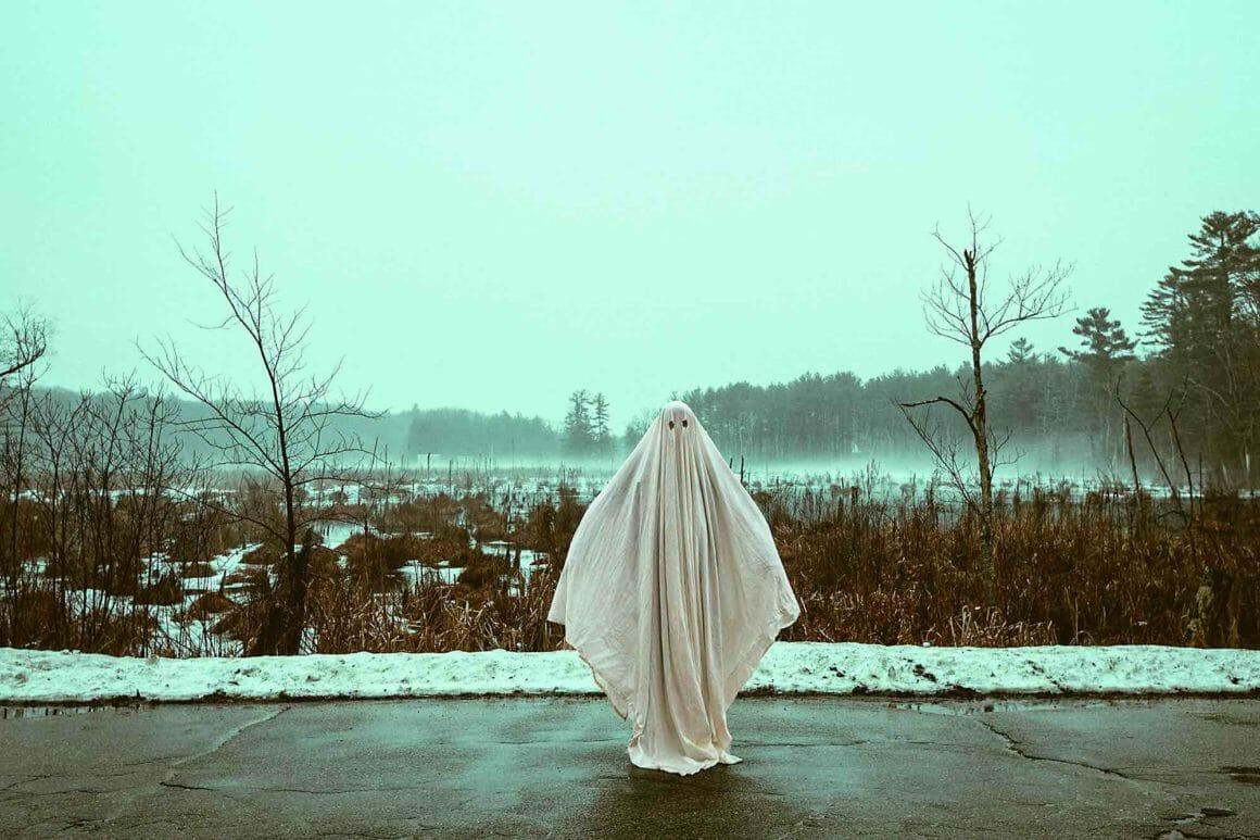 fantôme sur le bord d'une route.