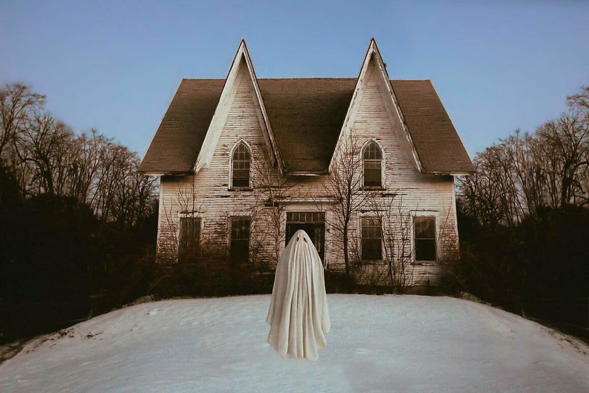 fantome sur la neige, devant une maison, par Karen Jerzyk.