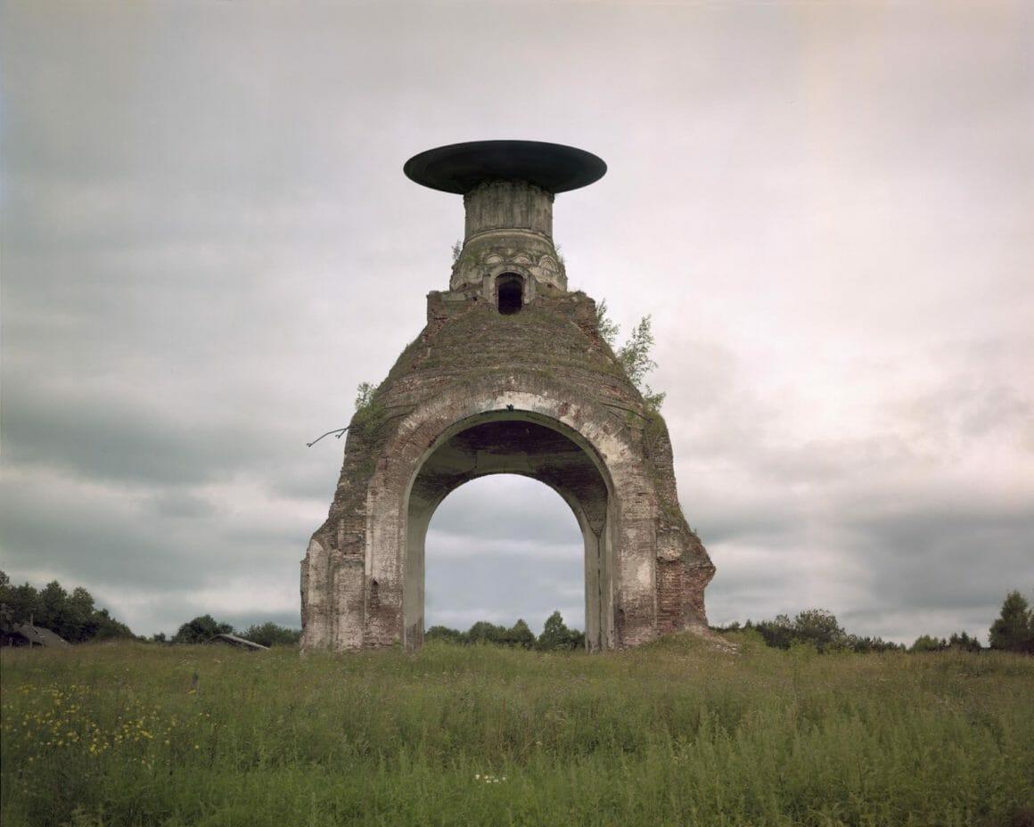 Ruine avec une sphère moderne sur le toit
