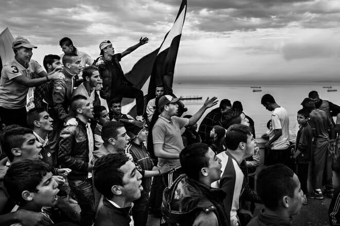 22/11/2014, Bologhine, Alger : Des supporters USMA chantent durant le match derby contre le MCA. Dues à des violences, ce match se déroule à huis-clos. Les supporters se retrouvent devant l'église Notre Dame d'Afrique afin de pouvoir entrevoir le match en contrebas.