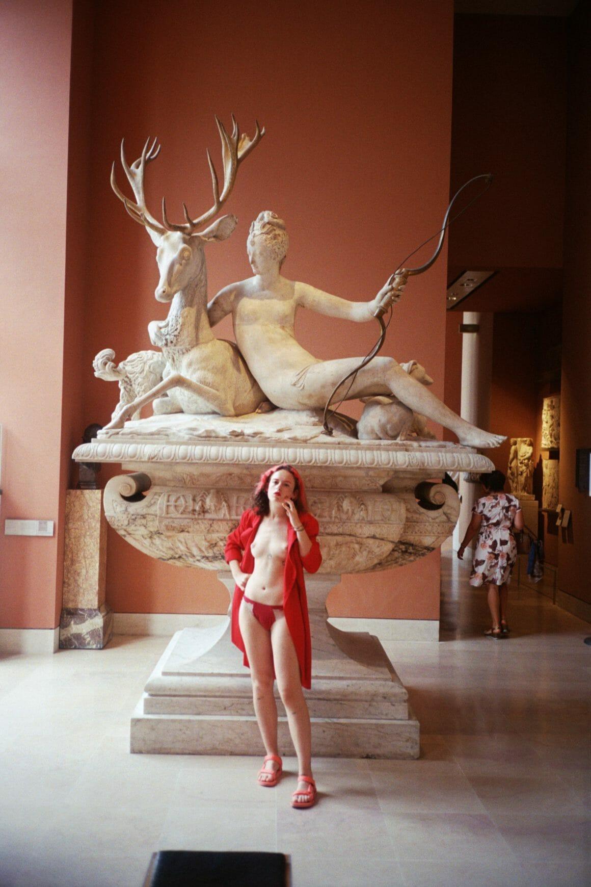 reine louve seins nus au Louvre