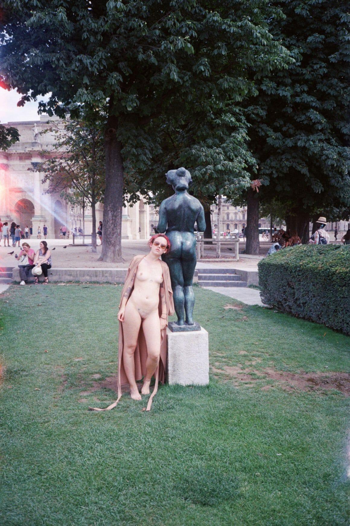 Reine louve seins nus jardins du Louvre
