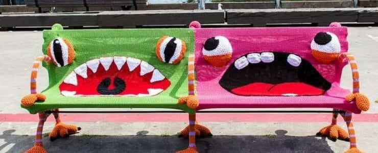 Yarn bombing sur bancs publics