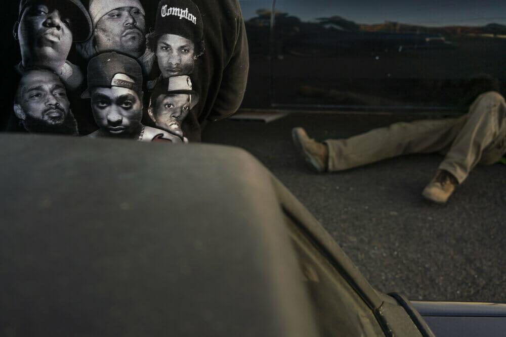 Kevin Fletcher avenue of roses rap homme allongé caché