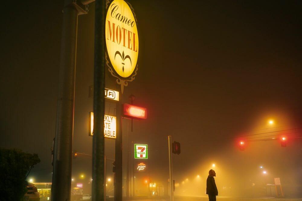 Kevin Fletcher avenue of roses motel homme route feu piéton jaune rouge