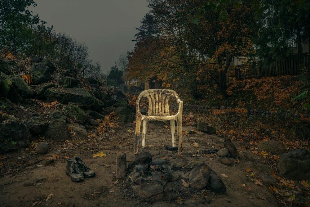 Kevin Fletcher avenue of roses chaise vide délavée sale terre chaussures