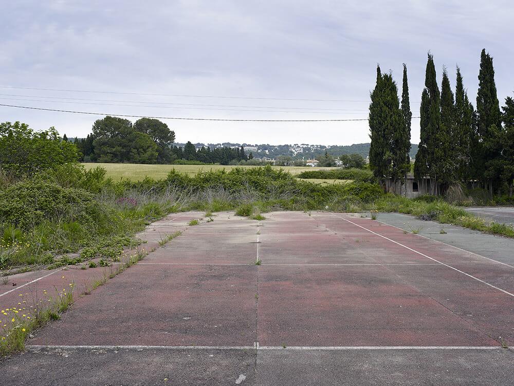 Guillem Vidal lieu abandonné terrain tennis rouge goudron sapin