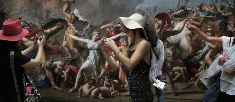 Museal Michel Gantner  femme chapeau devant toile bataille