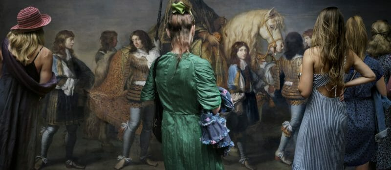Museal Michel Gantner femme robe verte regarde peinture