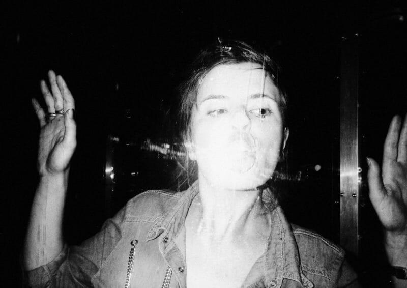 femme embrasse vitre noir et blanc Pet Kaaden veste jean