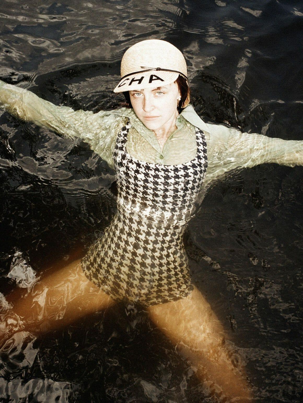 mer femme mannequin dans eau océan Peter Kaaden