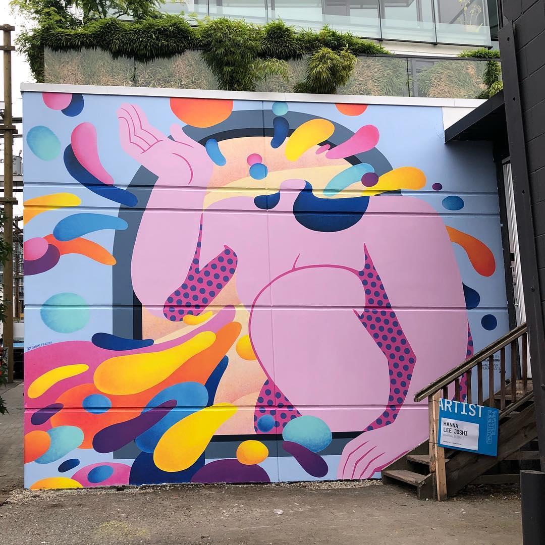 fresque murale Hanna Lee Joshi vancouver corps femme rose pale robe à pois