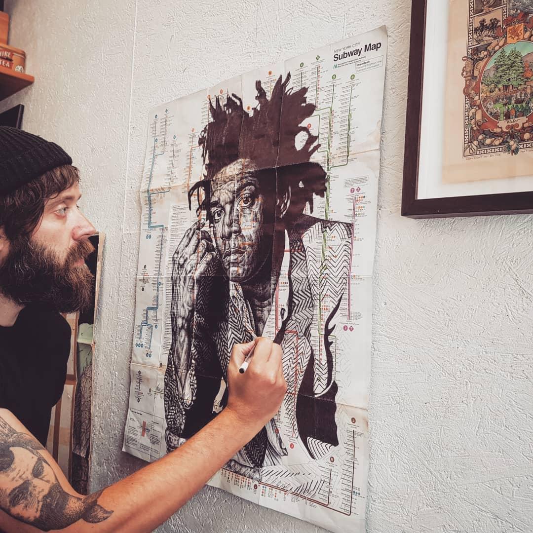 Mark Powell regarde son dessin Basquiat carte métro