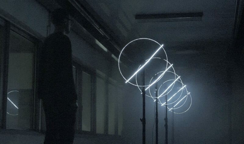 homme regarde row de tundra hélices lumière blanche claire cercle symétrie barre