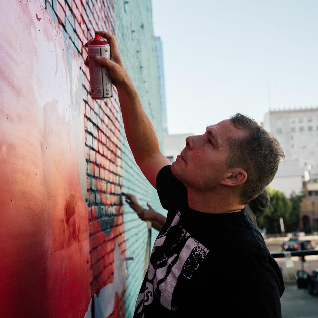Shepard Fairey en train de peindre bombe aérosol