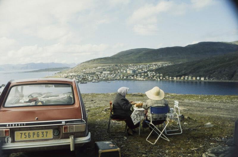 deux grand-mère pic nic devant lac voiture renault rouge