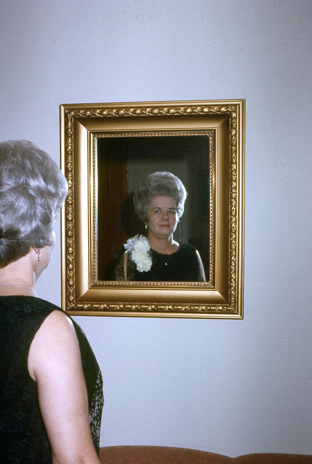 femme cheveux blanc reflet miroir tableau