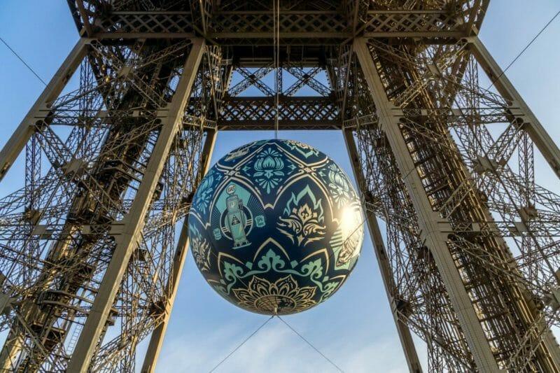 ballon terre cop 21 tour Eiffel accroché