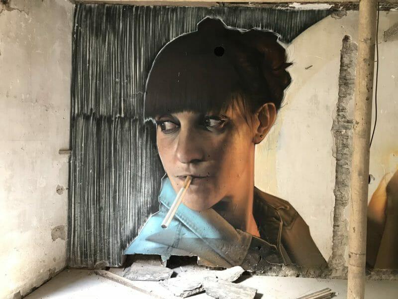 peinture street art urbex femme fume Jean Rooble
