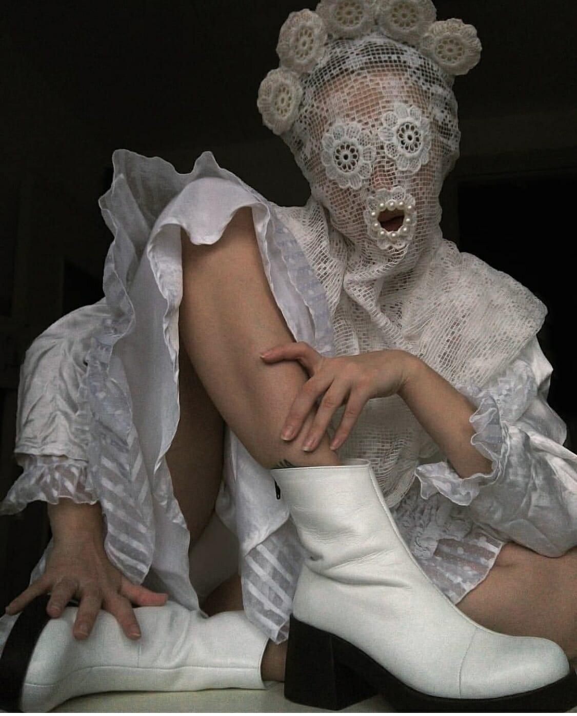 Alisa Gorshenina dentelle et bottes blanches