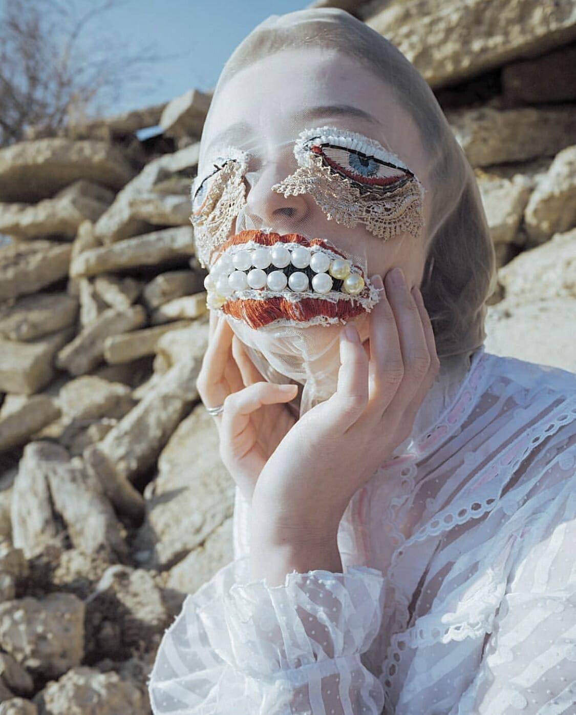 Alisa Gorshenina masque dentelles et perles