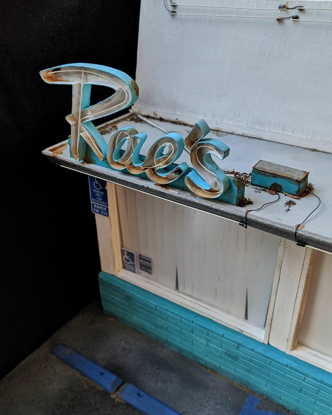Détail de l'enseigne miniature du Rae's restaurant, réalisée par le jeune Kieran Wright