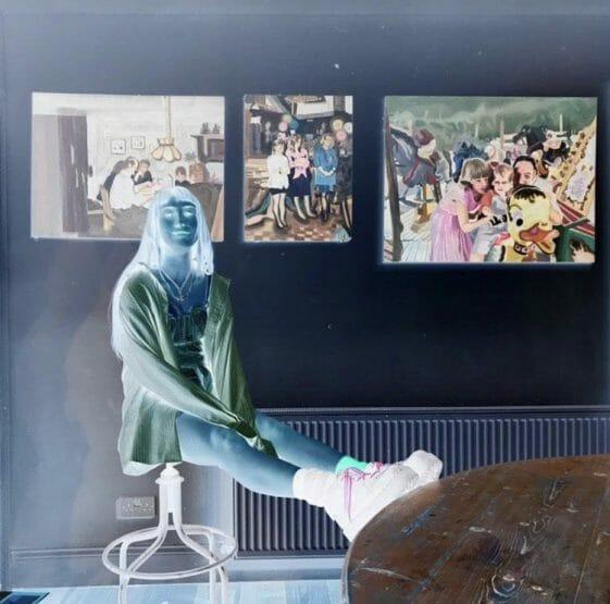 Eileen Sealy devant ses peintures couleurs inversées