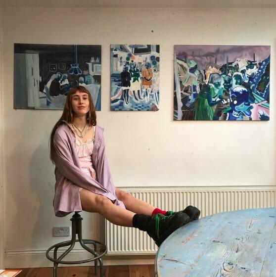 Eileen Sealy devant ses peintures