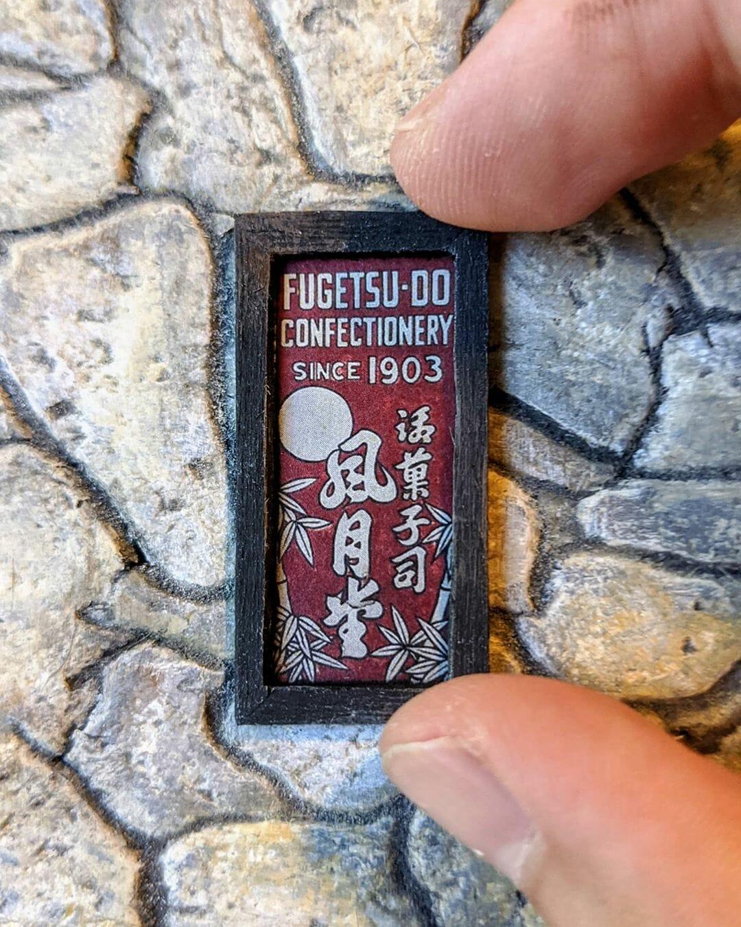 Enseigne miniature de Fugetsu-Do, fabriquée par Kieran Wright