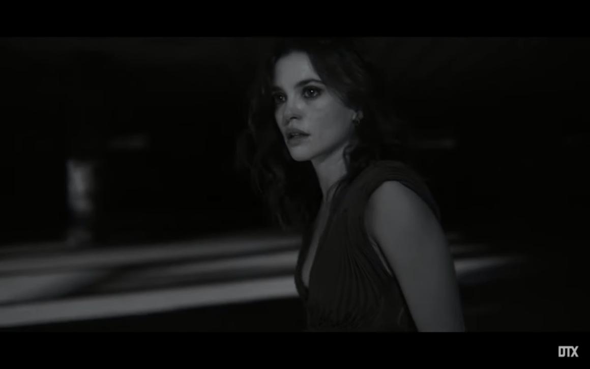 "L'actrice Joana Ribeiro dans le dernier clip de Moullinex, ""Running in the dark"""