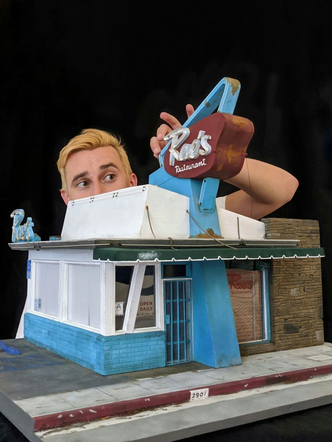 Kieran Wright en pleine création de sa miniature du Rae's Restaurant à Los Angeles