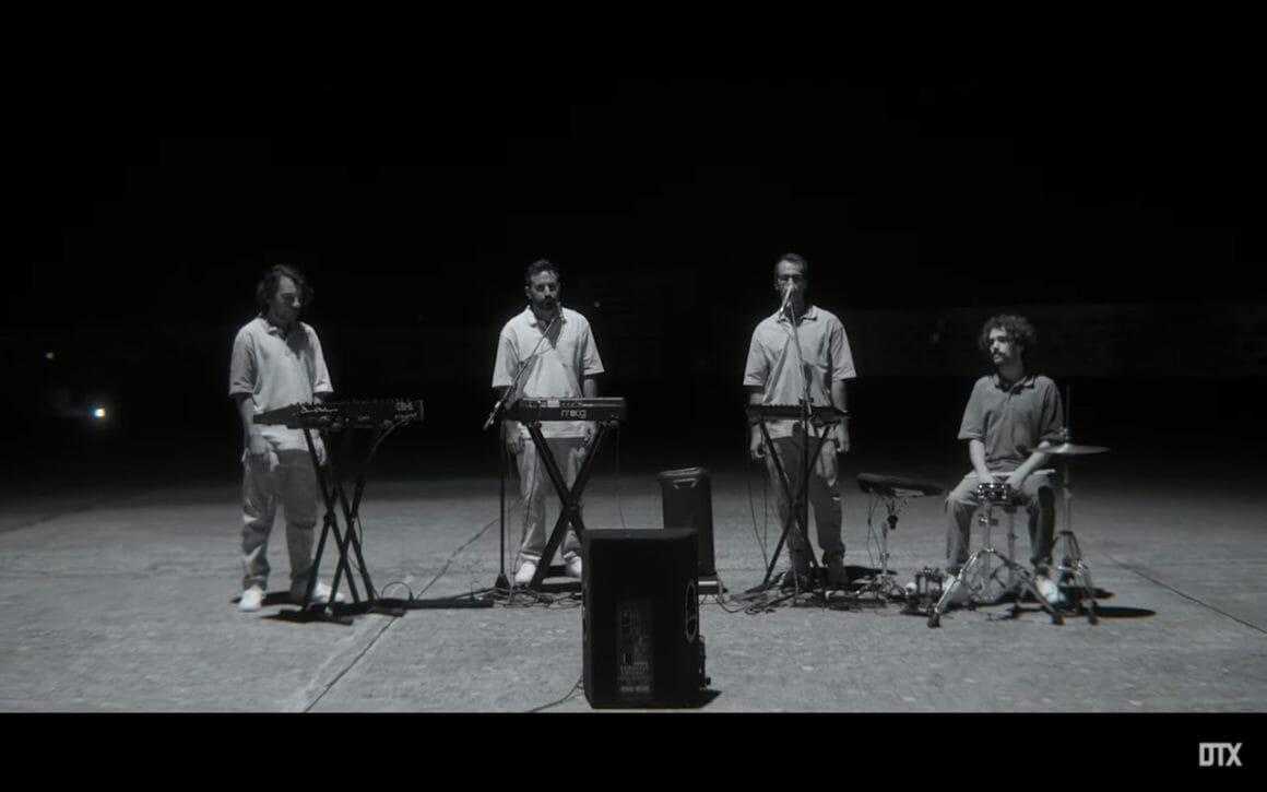 Les musiciens Gui Salgueiro, Gui Tomé Ribeiro, Luis Clara Gomes, Diogo Sousa dans Running in the dark, le dernier clip de Moullinex