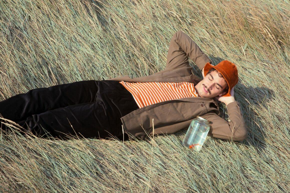 Olow dans l'herbe Hors Saison